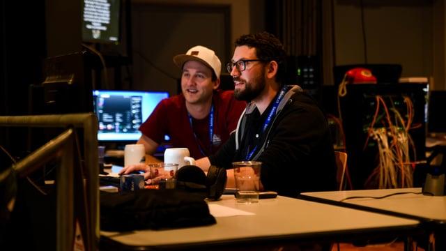 Zwei junge Männer am Computer
