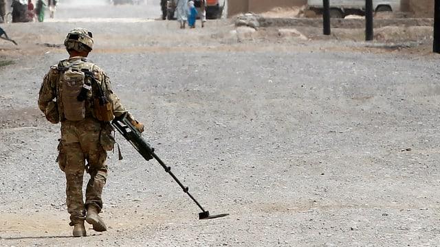 Ein US-Soldat durchsucht den Boden in Afghanistan nach Landminen.