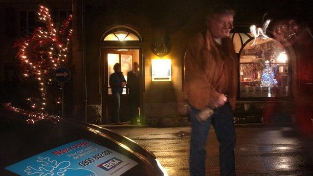 Alkoholisierter Mann vor einem Auto von «Nez Rouge».