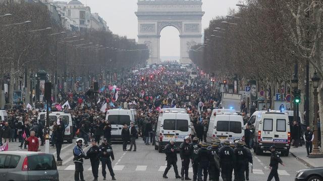 Demonstration auf den Champs Elysées, die Polizei riegelt die Strasse ab.