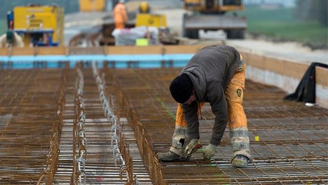 Bauarbeiter montiert Eisenarmierung.