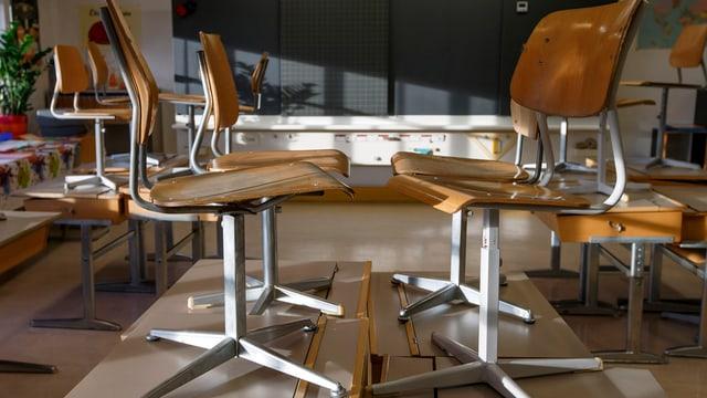 Stühle auf dem Tisch.