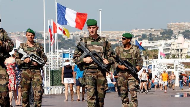Soldaten in Uniform patroullieren in Nizza
