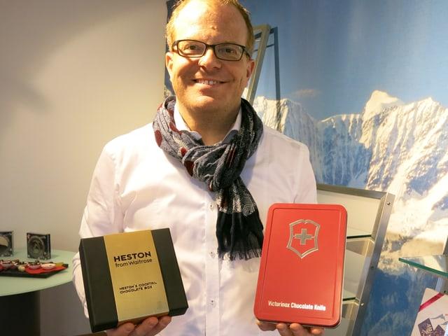 Firmenchef Thomas Gysi mit Pralinen für London und Schoggi-Sackmesser.