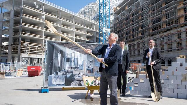 Der ägyptische Investor Samih Sawiris legt den Grundstein zum Apartmenthaus.