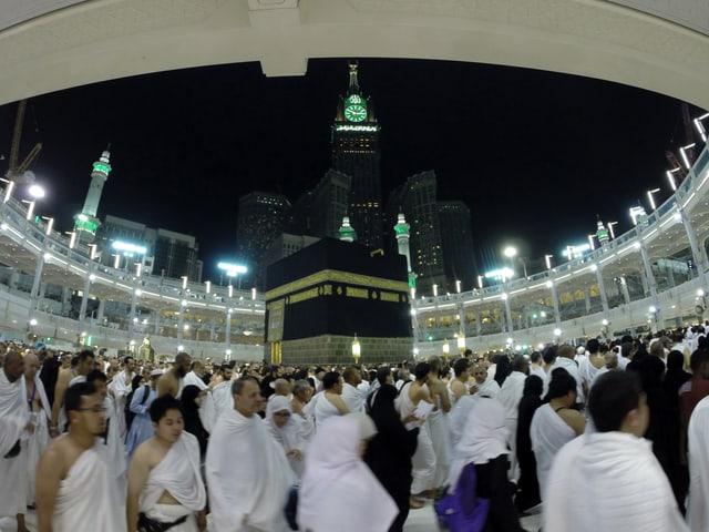 Pilger umrunden die Kaaba
