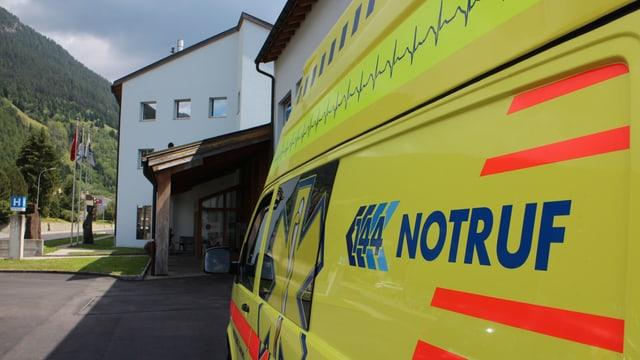 Il spital da Savognin cun ina ambulanza