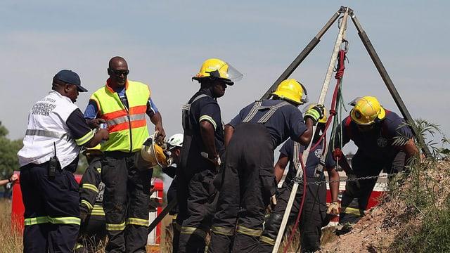 Rettungskräfte versuchen mit Seilwinden die Verschütteten zu bergen.