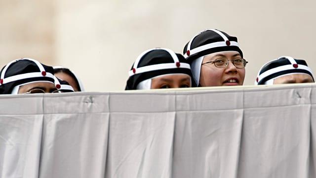 Köpfe von Nonnen