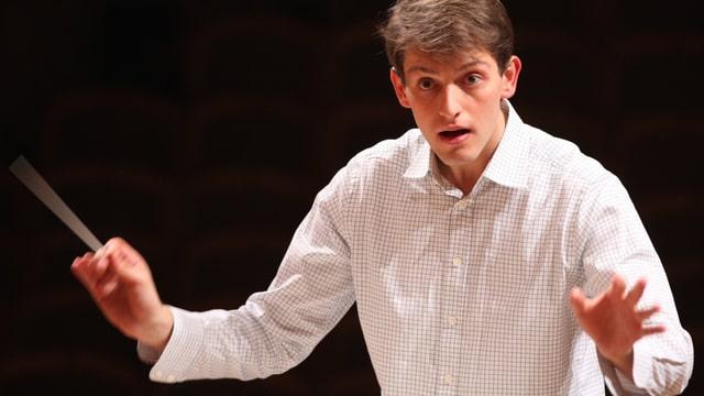 Hermes Helfricht, der neue Kapellmeister am Theater St.Gallen, dirigiert.