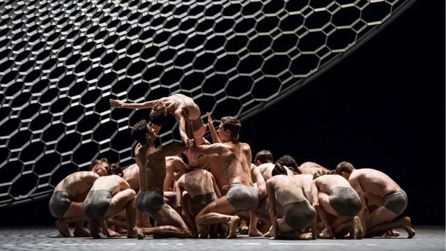 Perfekt und brilliant: Die Tänzerinnen und Tänzer im Zürcher Opernhaus im neuen Ballettabend Corps.