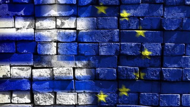 Auf einer Wand sind symbolisch die Flaggen Griechenlands und der EU dargestellt.