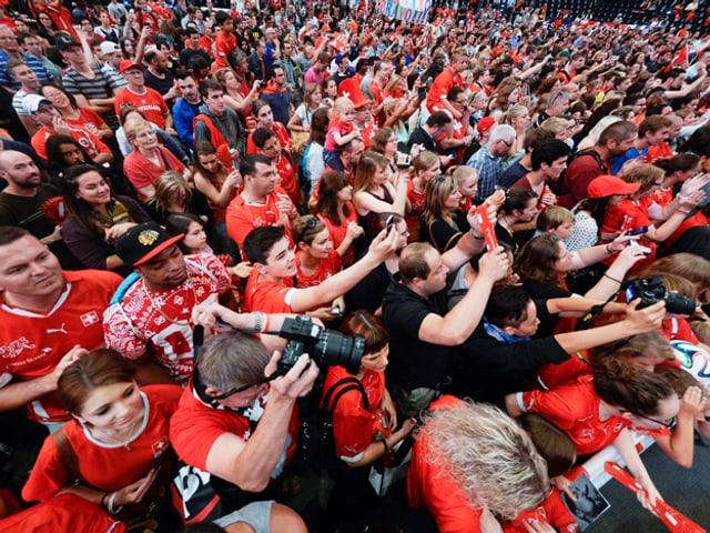 Fans im Hallenstadion.