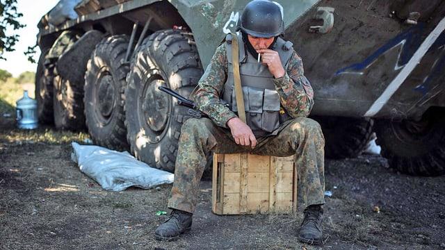 Soldat raucht Zigarette