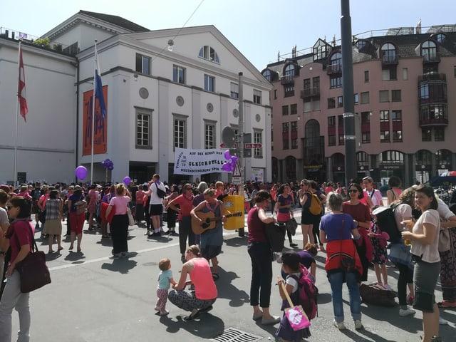 Einige hundert Frauen auf dem Theaterplatz in Luzern.