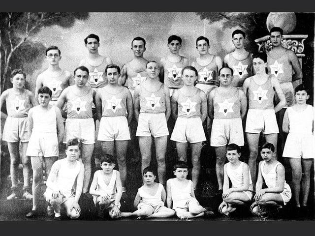 Schwarzweissbild: Gruppenbild mit jungen Männern und Knaben in Turnkleidung.
