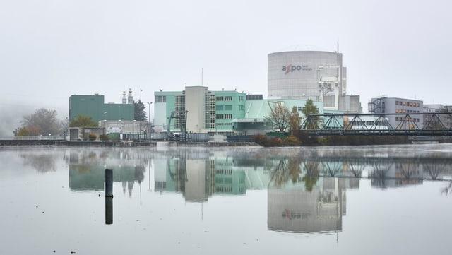 AKW spiegelt sich im Wasser.