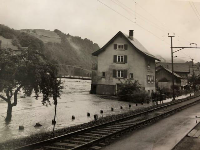 Friedas Geburtshaus in Mitlödi als die Linth Hochwasser führte.