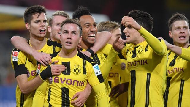 Der BVB besiegt die Bayern mit 1:0 und macht die Bundesliga wieder spannend.