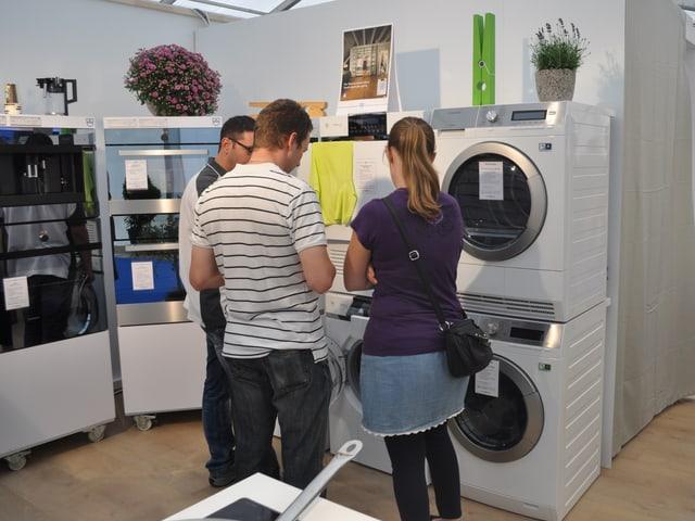 Kunden vor einem Waschmaschinenstand.