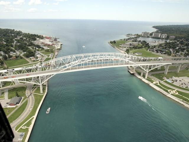 Die Bluewater Bridge, die Kanada un die USA verbindet.