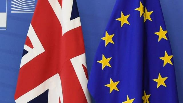 Briten- neben EU-Flagge.