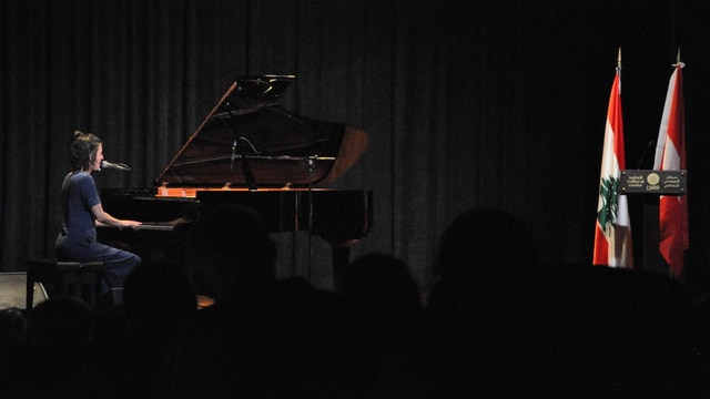 Bibi Vaplan tar ses concert en il Tripoli Safadi Cultural Center.