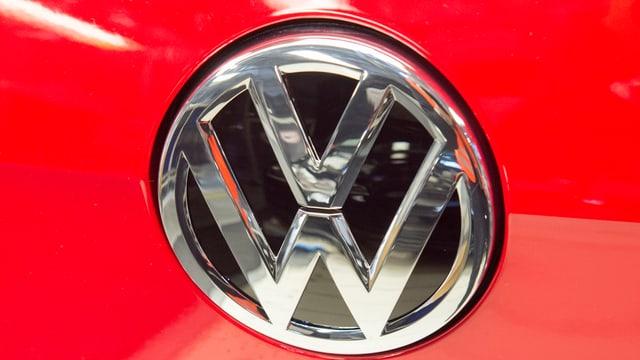 WV-Markenlogo an einem roten Auto