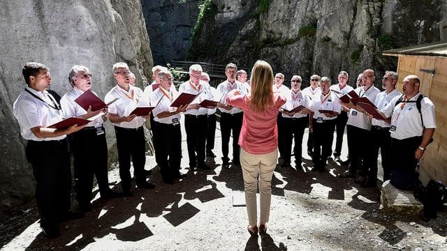 Chor mit Chorleiterin