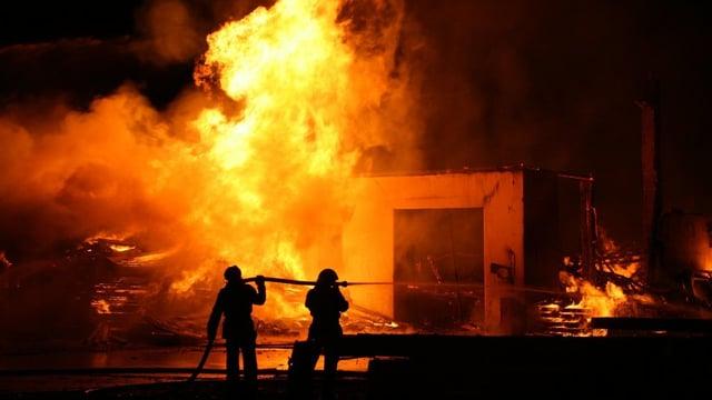 Feuer mit Feuerwehrleuten