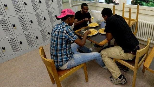Asylsuchende beim Essen in der Unterkunft Hirschpark Luzern.