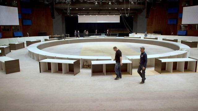 Der Raum für den Nukleargipfel in Den Haag wird hergerichtet.
