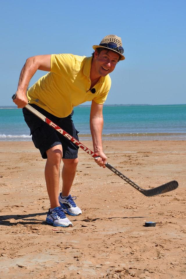 Auch Sven versucht sich im «Eishockey» am Strand.
