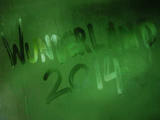"""beschlagene Scheibe mit """"Wunderland 2014"""", von Hand geschrieben"""