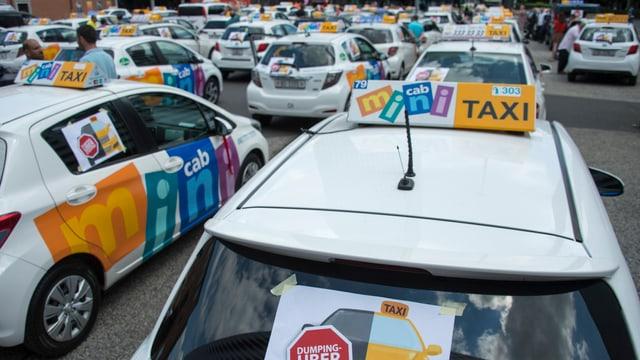 Taxifahrer protestieren gegen Uber auf dem Messeplatz in Basel im Juni 2016.