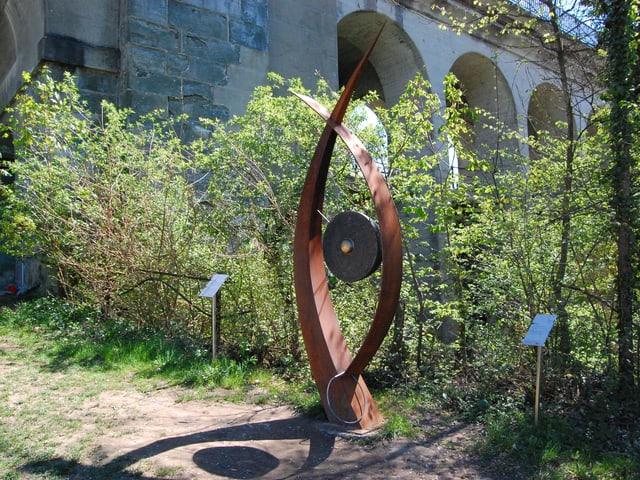 Gong im Wald bei Brücke.