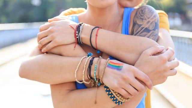 2 Frauen umarmen sich innig