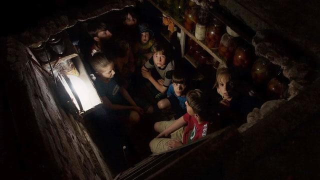 Kinder verstecken sich in einem Keller.