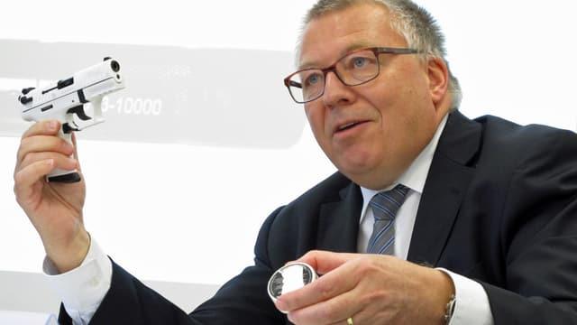 Kurt Wyss vom Zollinspektorat Schaffhausen zeigt an der Medienkonferenz eine täuschend echt aussehende Schreckschusspistole.