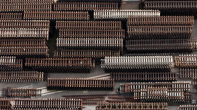 Im Bautechnik-Center der SBB in Härkingen liegen viele Schienen für den Einbau im Schweizer Netz bereit.