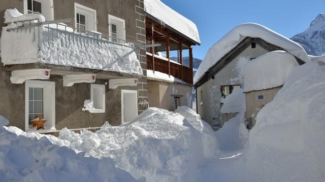 Häsuer mit meterhohen Schneemauern.