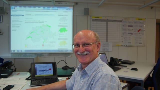 Abteilungsleiter Hans Peter Willi im Naturgefahren-Führungsraum des BAFU.
