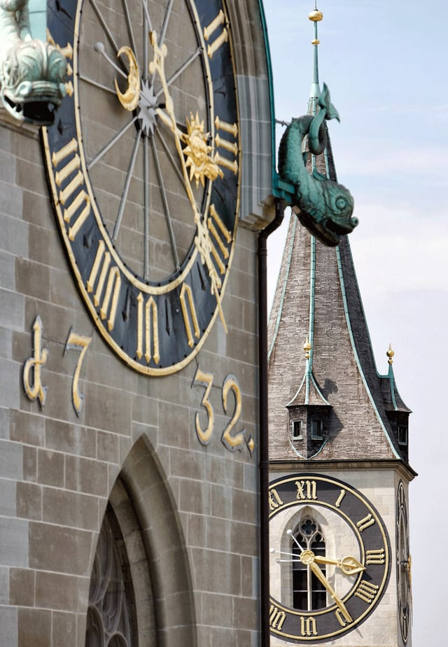 Zwei Kirchturmuhren in Zürich: Turm des Fraumünsters und von St. Peter