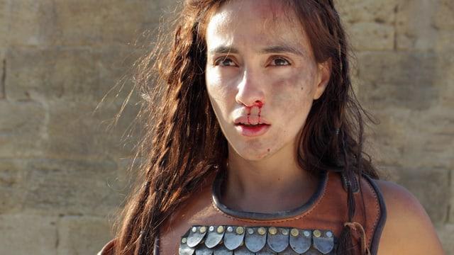 Eine Frau als Gladiatorin im Kolosseum.