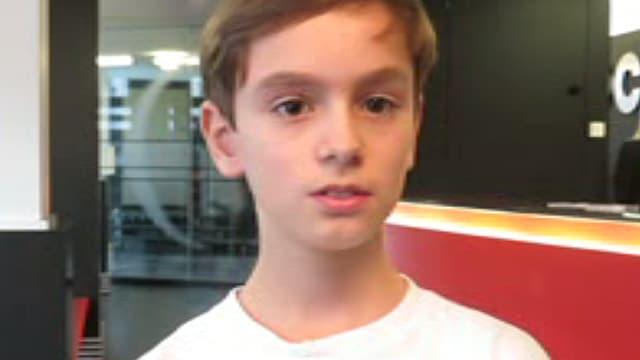 Ein Junge in einem weissen T-Shirt