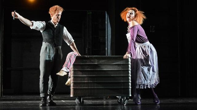 Sweeney Todd und Mrs. Lovett entledigen sich einer Leiche, die in einem Container liegt.