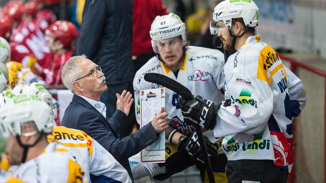 Biels Trainer McNamara spricht zu seinen Spielern.