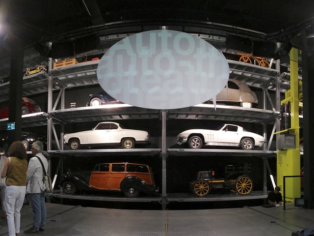 Auf Regalen abgestellte Autos in der Übersicht.