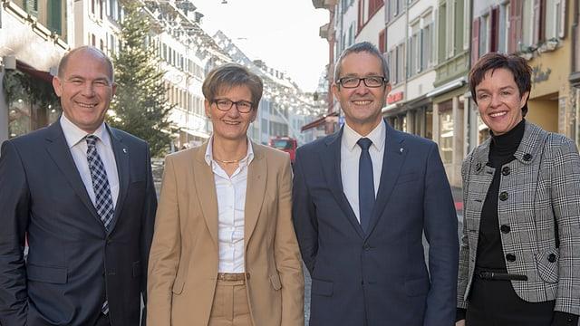 Die vier bürgerlichen Regierungskandidierenden posieren vor Liestaler Altstadt.