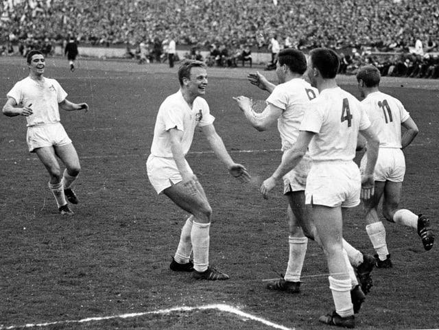 Köln-Spieler bejubeln 1964 ein Tor.
